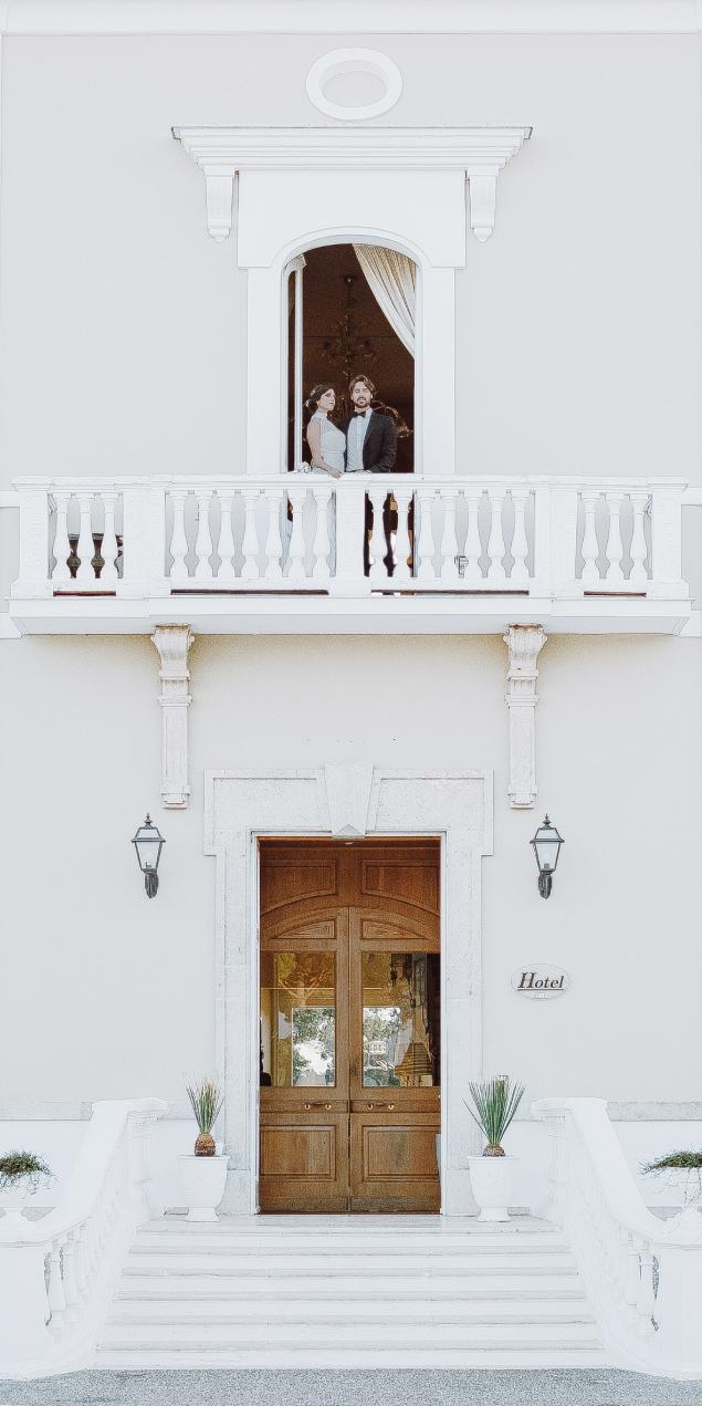 sale ricevimenti puglia sposi su balcone
