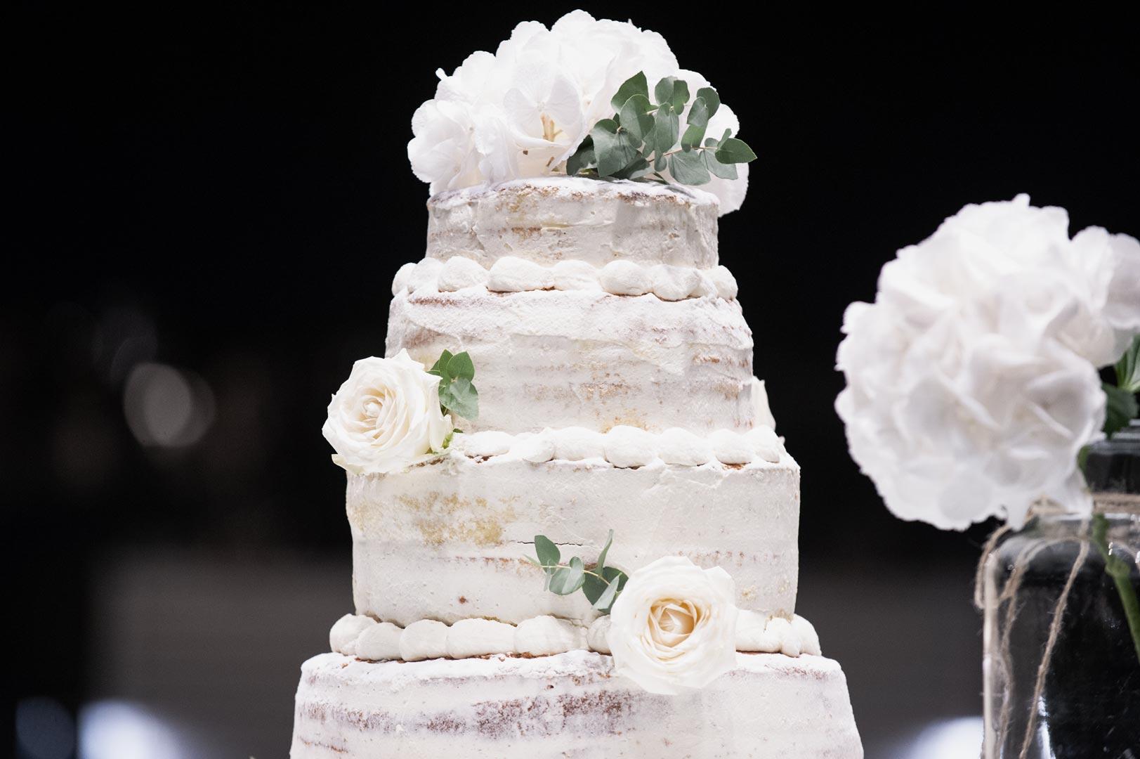 buffet dolci matrimonio torta con rose bianche